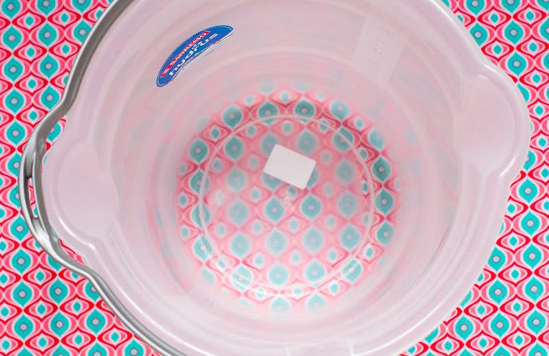 Balde com medida Nesse balde será feita a solução de estoque do fixador (ele precisa ser maior do que 4 litros).